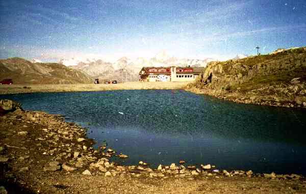 Il rifugio col laghetto al Passo Nufenen