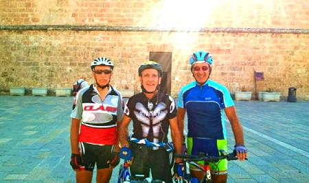 Toni, Saro e Carmelo davanti alla chiesa di s.Vito a San Vito Lo Capo (Tp)