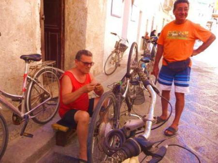 Favignana (Tp): meccanici ciclisti in azione
